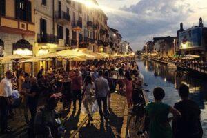 """A Milano aperitivo solo ai tavolini: """"Vietato l'asporto di bevande dalle 19"""""""