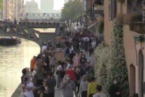 Folla ai Navigli di Milano, da nord a sud è caccia alle streghe