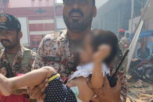 [VIDEO] Bambino salvato dalle macerie dell'aereo precipitato in Pakistan