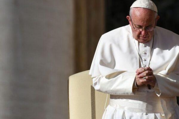 Rosario del Papa in mondovisione contro la pandemia: con lui un'infermiera e un sopravvissuto al Covid