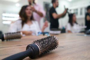 La Fase 2 di parrucchieri ed estetisti: riapertura solo su appuntamento e con postazioni a 2 metri