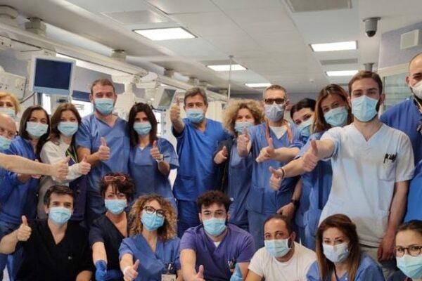Chiudono reparti Covid, dimessi ultimi pazienti: festa a Napoli