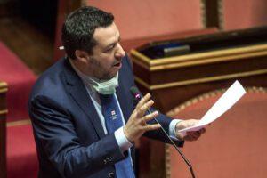 """Salvini parla in Aula, senatori ridono e scoppia la bagarre: """"Vada al bar, porti rispetto per chi soffre"""""""