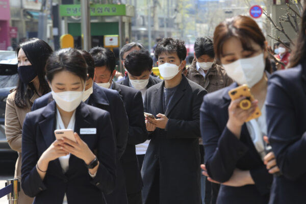 Il 'modello' Corea del Sud in difficoltà, Seul richiude bar e locali per un nuovo focolaio di Coronavirus