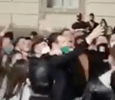 Piazza diventa curva, sindaco dirige cori contro De Luca: la giustificazione