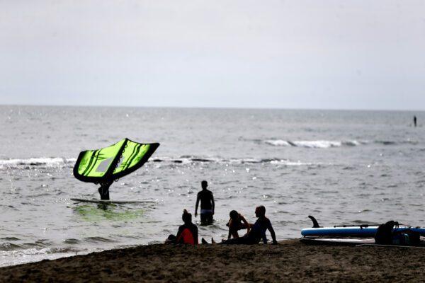 Bacio gay in spiaggia, giovane coppia minacciata da un bagnante costretta a lasciare lo stabilimento