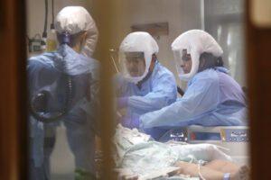 Bollettino Coronavirus, raddoppiano i tamponi: contagi dimezzati, sette regioni covid-free