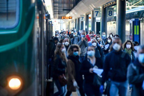 """Sui treni ad alta velocità stop al distanziamento, è polemica. Gli esperti del Cts: """"Decisione preoccupante"""""""