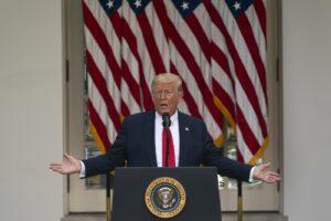Trump dichiara guerra a Twitter per il suo messaggio segnalato come fake e minaccia di chiudere i social network