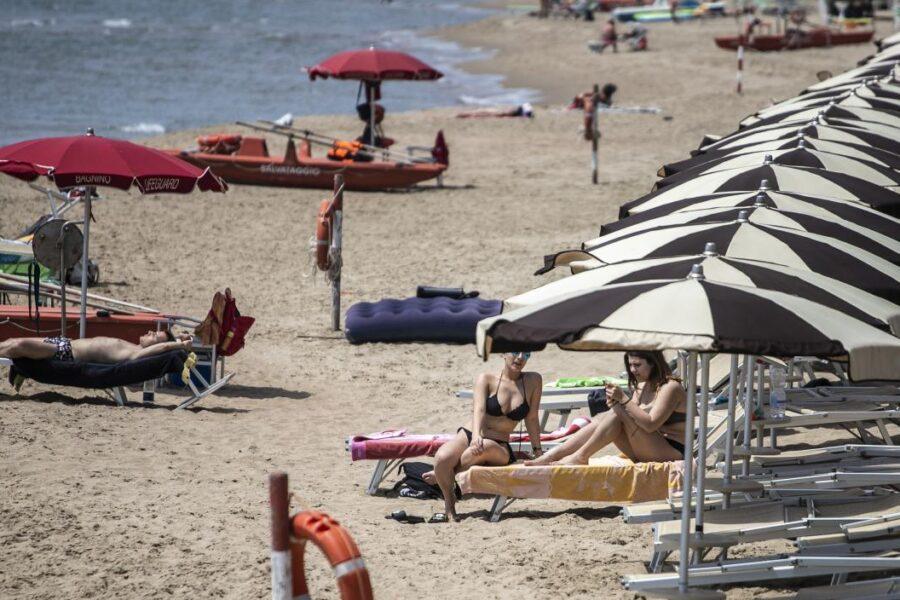 """Turismo, persi 20 miliardi in 3 mesi. Franceschini: """"Non si escludono vacanze in Europa"""""""
