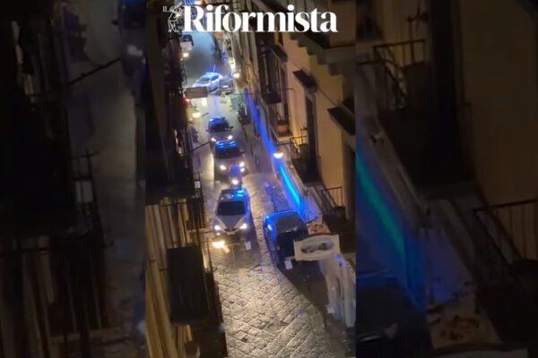 """Fuoco e fiamme nei Quartieri Spagnoli: uomo """"scaricato"""" in fin di vita, esplosi 26 proiettili"""