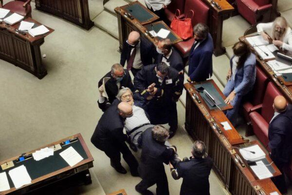 Sgarbi espulso e portato di peso fuori dalla Camera, insulti irripetibili contro Carfagna e Bartolozzi