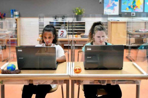 Scuola, Azzolina propone plexiglass tra i banchi ma a mancare è il personale