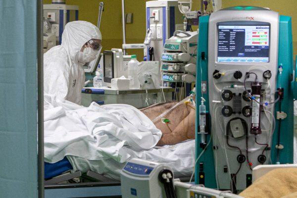 Guarito col plasma dal coronavirus, medico napoletano muore per i danni riportati