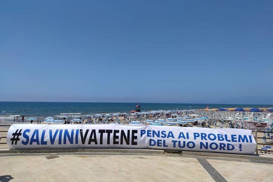 """Mondragone, striscioni contro l'arrivo di Salvini: """"Torna nella fogna"""". E Saviano: """"Chieda perdono"""""""