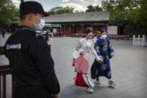Pechino trema per un nuovo focolaio: quartieri chiusi, vietati sport e viaggi