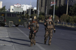 Immagine di repertorio: Afghan security forces inspect the site where a bus carrying local TV station employees hit a roadside bomb in Kabul, Afghanistan, Saturday, May 30, 2020. (AP Photo/Rahmat Gul)