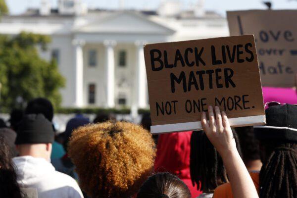 """I giornalisti del New York Times in rivolta: """"I nostri colleghi neri sono in pericolo"""""""