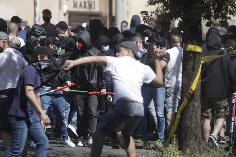 Neofascisti e ultras al Circo Massimo, è guerriglia: aggrediti agenti e giornalisti