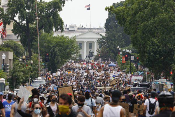 Morte George Floyd, tutto il mondo in marcia: a Washington la folla sfida Trump