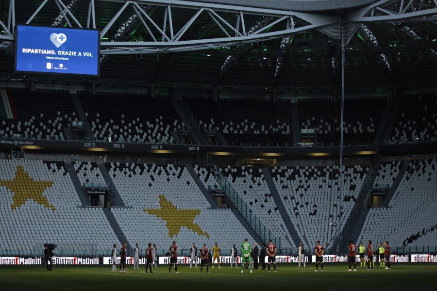 Juve-Milan: minuto di silenzio per le vittime del Covid. In campo con magliette antirazzismo