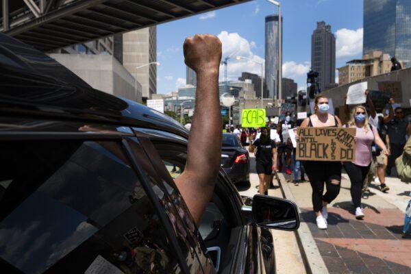 Rabbia ad Atlanta: fiamme e arresti nelle manifestazioni per l'uccisione di Rayshard Brooks