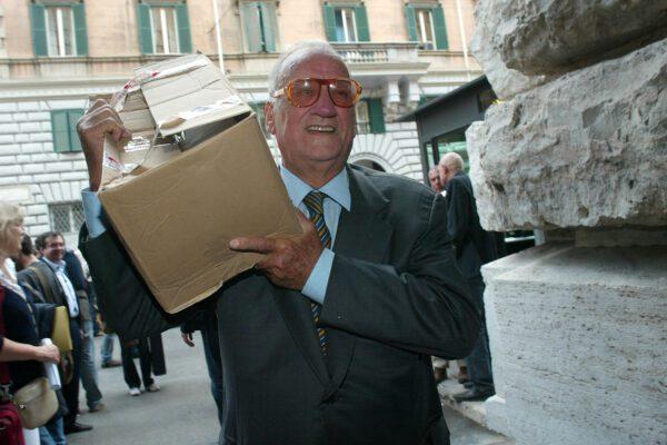 ©Mauro Scrobogna / Lapresse 30-09-2004 Roma Politica Cassazione – consegna firme referendun procreazione assistita -legge 40 Nella foto: Alfredo Biondi  FI