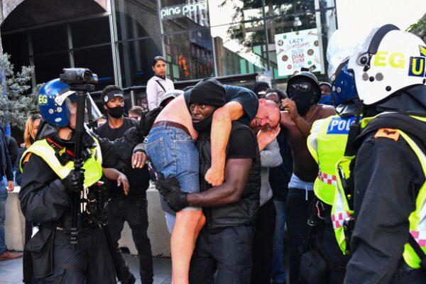 Chi è Patrick Hutchinson, il manifestante antirazzista che ha salvato l'estremista di destra