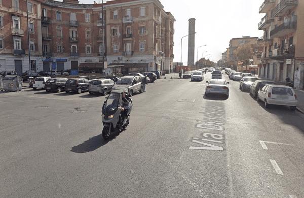 Napoli, investe pedone e finisce contro un'auto: centauro rischia danni alla spina dorsale