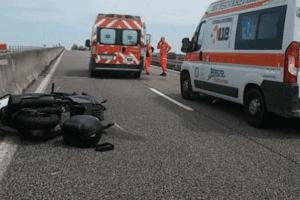 Schianto in moto sull'Asse Mediano, giovane papà muore al Cardarelli: familiari disperati