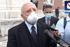 """De Luca sull'uso della mascherina: """"Continuo a indossarla, obbligatorio averla sempre con sé"""""""