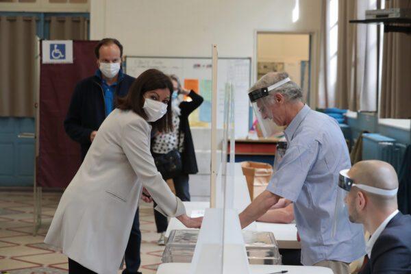 Francia al voto, trionfa l'astensione: Hidalgo rieletta a Parigi, batosta per Macron