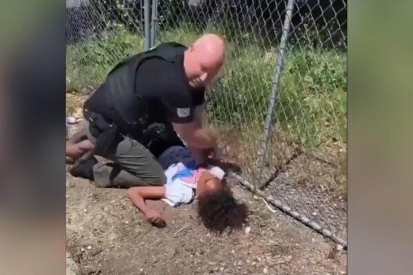 Minorenne trattato come George Floyd: bloccato a terra e picchiato da un poliziotto