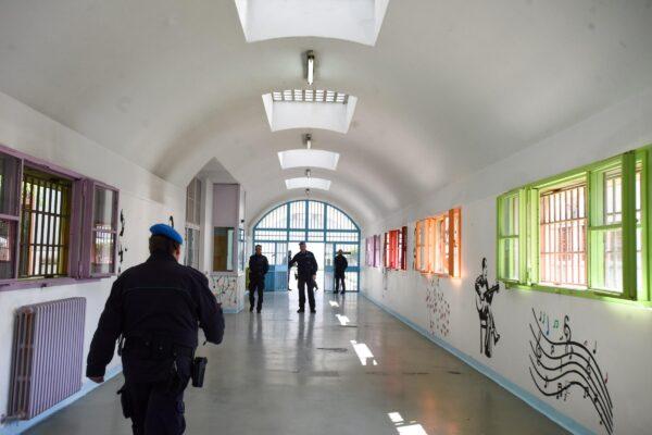 In carcere per celebrare messa, prete scoperto con nove cellulari nascosti