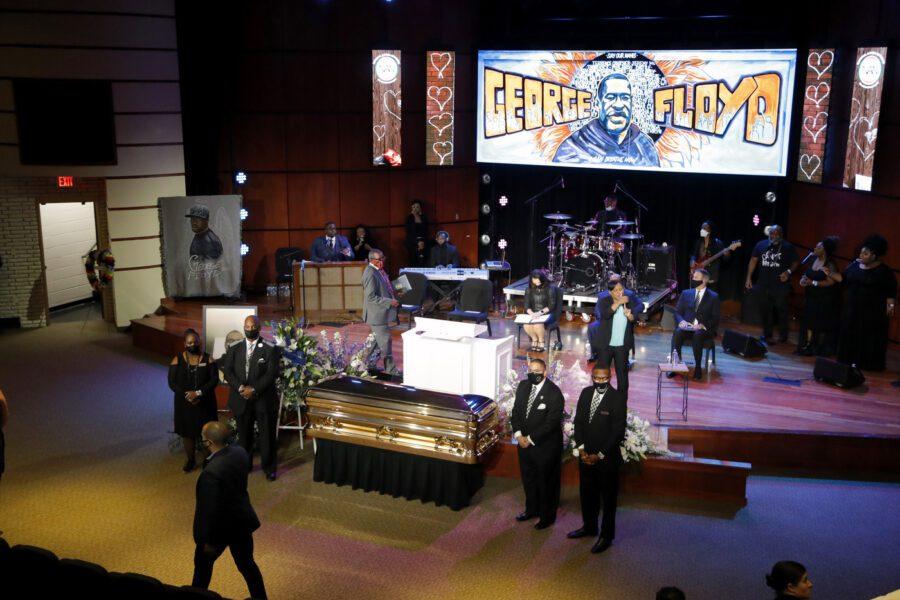 """George Floyd, in migliaia a Minneapolis per la commemorazione: """"Aveva famiglia, sogni, speranze"""""""