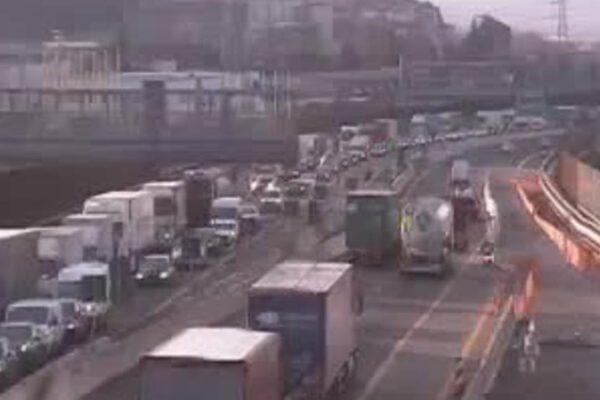Camion si ribalta in galleria, chiude un tratto dell'autostrada A1