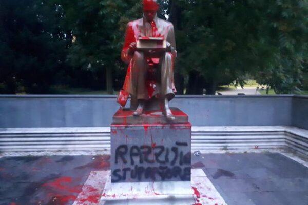 """Statua di Montanelli imbrattata: """"Razzista, stupratore"""""""