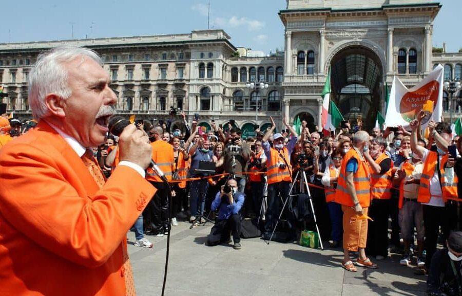 Gilet arancioni a Roma senza mascherina: insulti a Mattarella e Conte