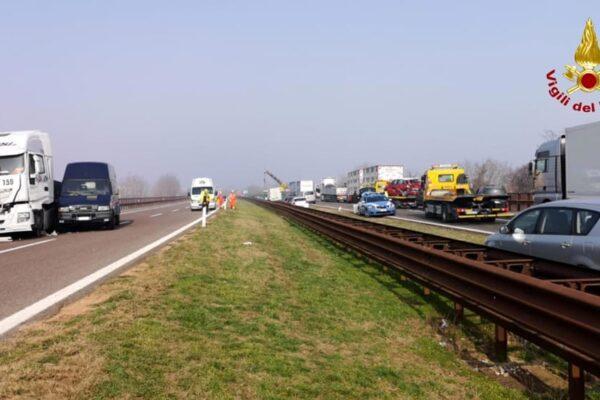 Incidente sull'A12 tra moto e camion, centauro muore nello schianto