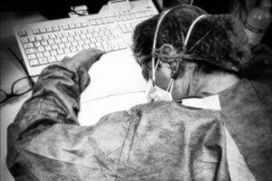 La foto simbolo dell'emergenza Covid, con l'infermiera Elena Pagliarini stremata al pc