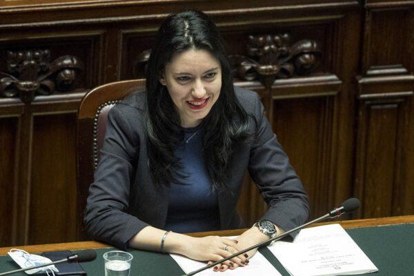 """Scuola, CGIL bacchetta Azzolina: """"Non ci sono le condizioni per tornare in classe"""". La ministra: """"Saremo pronti"""""""