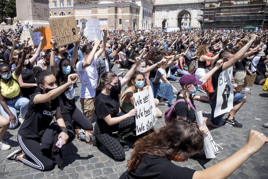 In ginocchio per George Floyd, in migliaia a Roma contro il razzismo