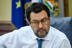 """Salvini tra selfie e abbracci a Lampedusa: """"Governo criminale, sparge migranti infetti in Italia"""""""