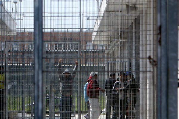 Centro per rimpatri, è rivolta: migrante si cuce la bocca