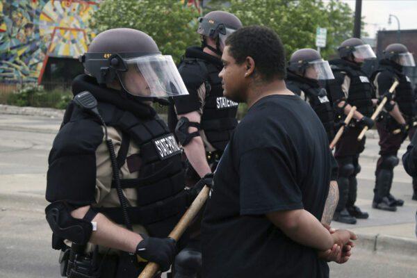 Minneapolis smantella la polizia dopo la morte di George Floyd, a New York saranno tagliati i fondi