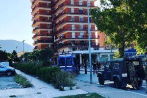 """Focolaio Mondragone, molotov contro 'furgone bulgaro'. De Luca minaccia: """"A 100 casi di Covid chiudo tutta la città"""""""