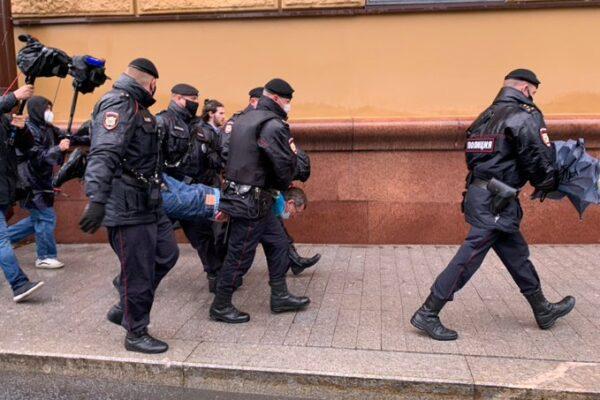 """Mosca, attivisti arrestati """"Violavano distanziamento sociale"""""""