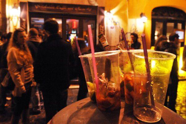 Il Tar boccia de Magistris sui tavolini in più per i locali: mazzata per i commercianti