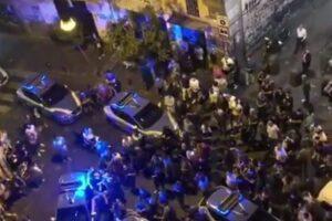 """Movida e repressione, tre attivisti arrestati in piazza Bellini. Questura: """"Poliziotti insultati"""""""