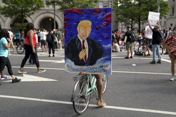 George Floyd: analisi rivolta social. Trump resiste ad Anonymous, Obama oscura Biden
